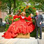 Foto Karin Bloemen en burgemeester Jan van Zanen